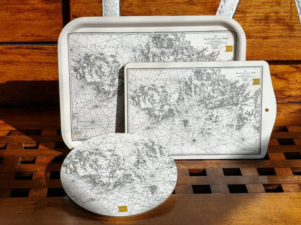Bricka och skärbräden med motiv av sjökort.